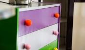 petite commode colorée avec balles de golf en guise de poignées