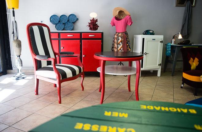 fauteuil et table basse pendant l'expo temporaire
