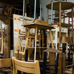 pile de vieux meubles