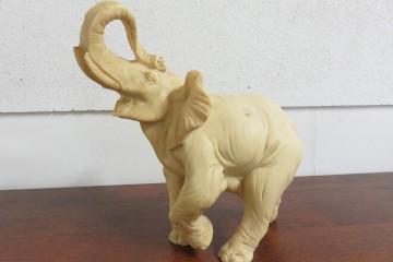 petit éléphant en résine blanche imitation ivoire