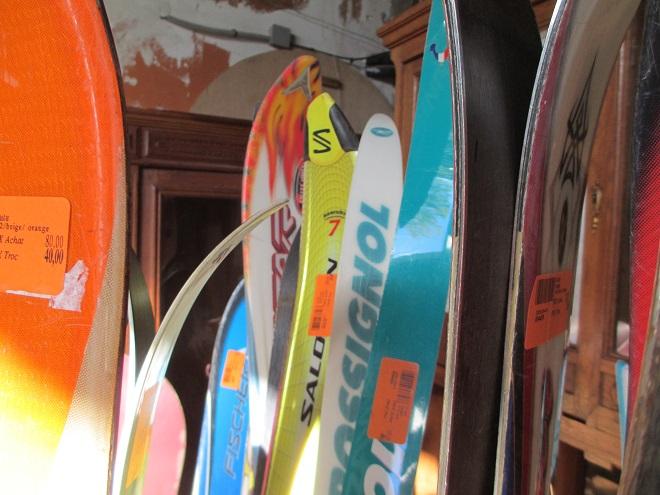 vieux skis en vrac