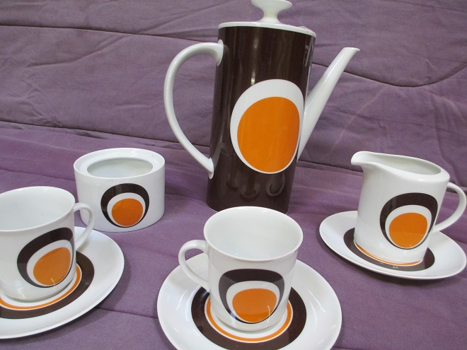 vaisselle année soixante dix blanche marron et orange motif avec gros rond