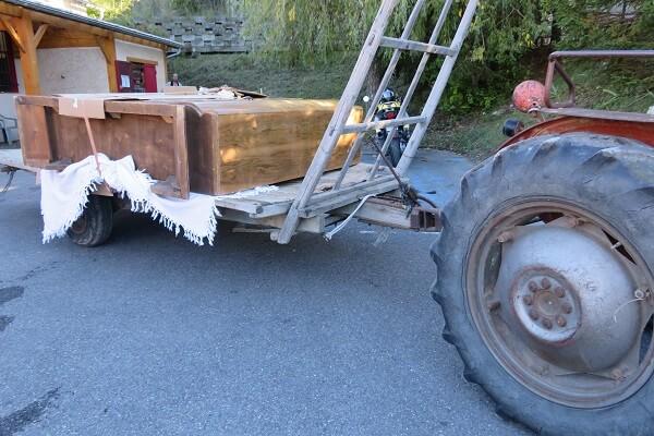 meuble couché sur une remorque de tracteur