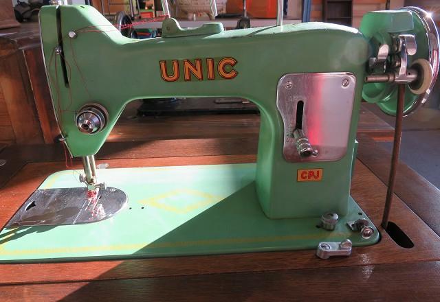 ancienne machine à coudre de marque unic, verte avec son meuble en bois