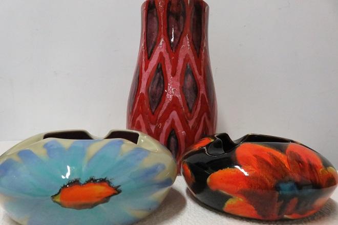 un vase et deux cendriers colorés