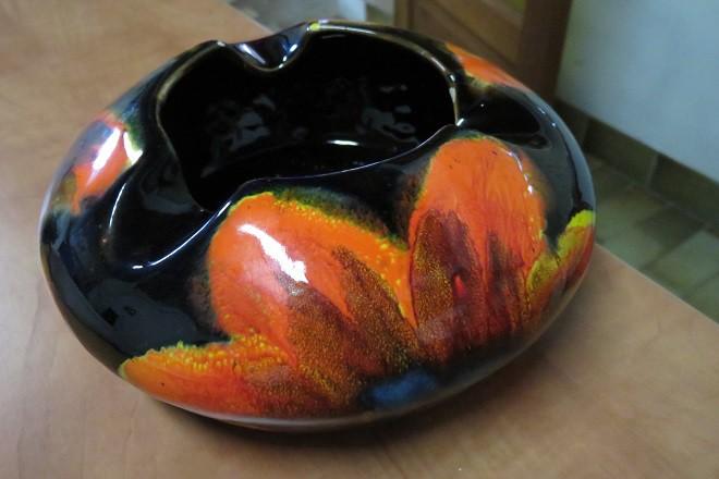 gros cendrier coloré en céramique