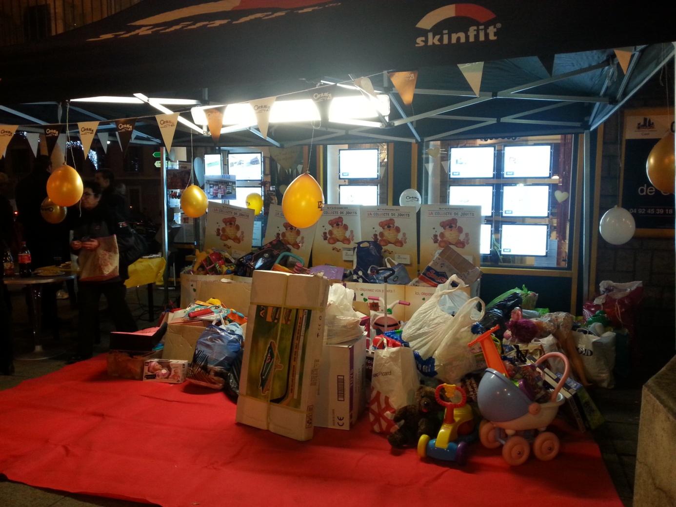 photo jouets sur table et ballons