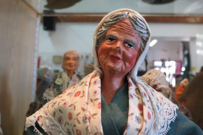 santon représentant une femme d'un certain age. Santon en terre.