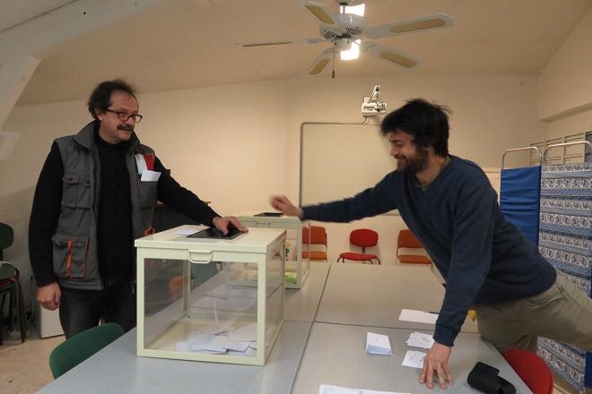 depot de vote dans une urne