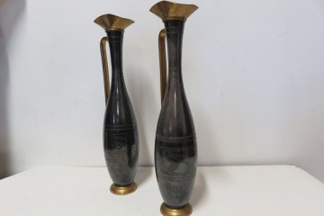 deux longs vases en fer