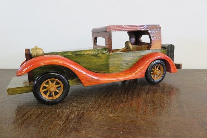 voiture traction avant en bois coloré